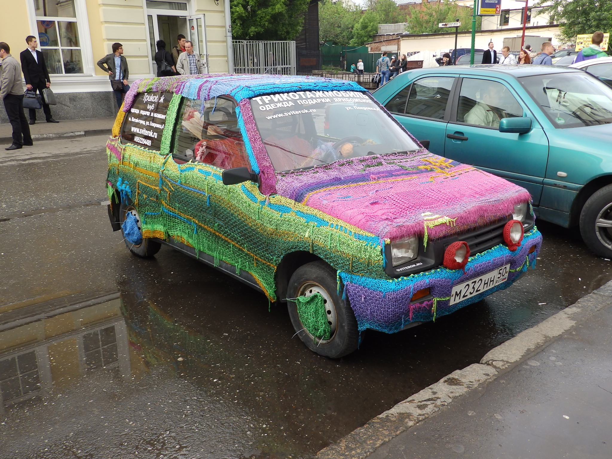 Knitted car in Moscow