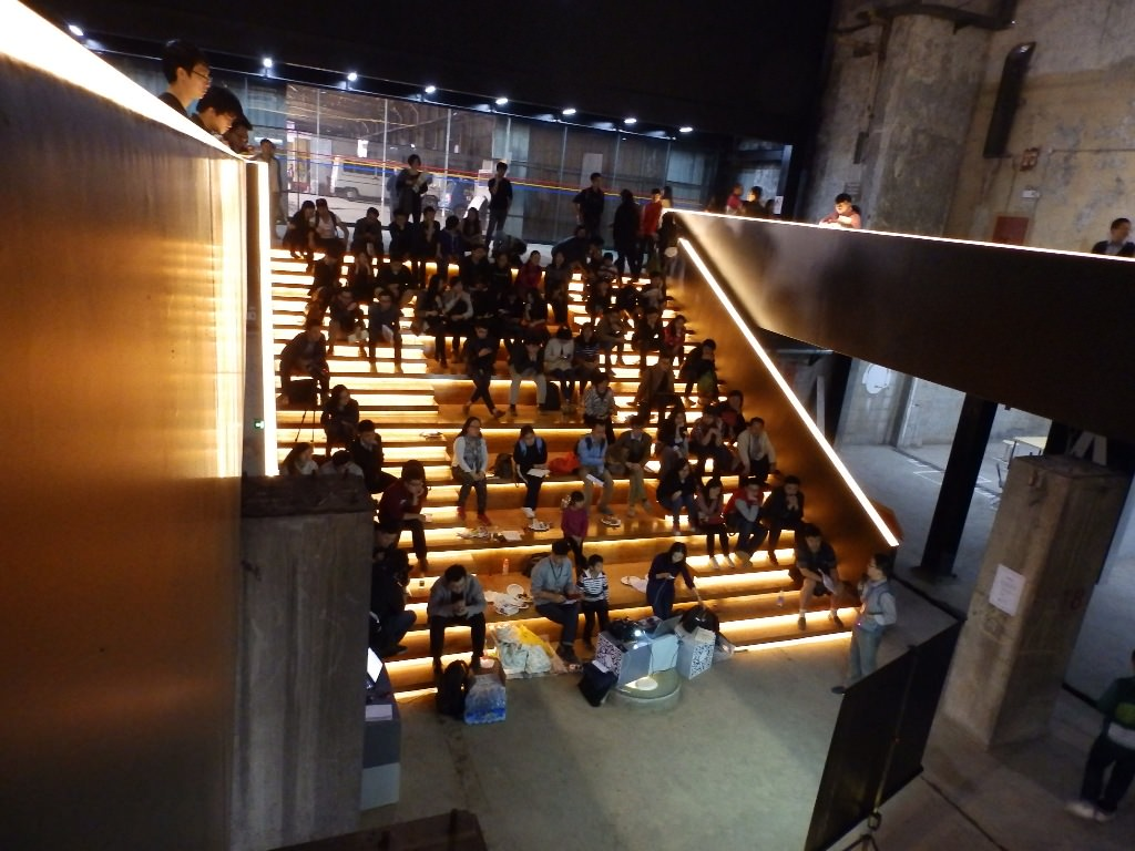 The Value Factory in use. Where the float glass basins once were, now events and lectures take place. Light emitting stairs in the Value Factory transform the production hall into a casual auditorium.