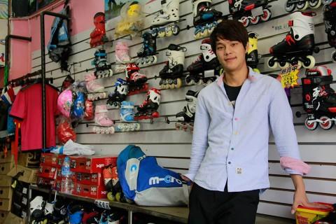 Portrait roller-skating shop owner Zheng Baojie. Image: Lin Fangxi