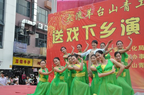 "The ""Yang Taishan"" performance team consists of young volunteering migrant workers from Da Lang. They sing and dance especially for young migrant workers on cultural events all over Da Lang District. Image: Da Lang Government"
