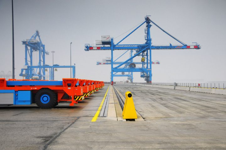 The automatic workers: Lift AGVs with ARMG and STS cranes at the APM Terminals terminal in Maasvlakte 2, Rotterdam.  Source: APM Terminals